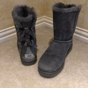 Gray Ugg, with back bows, Size 11